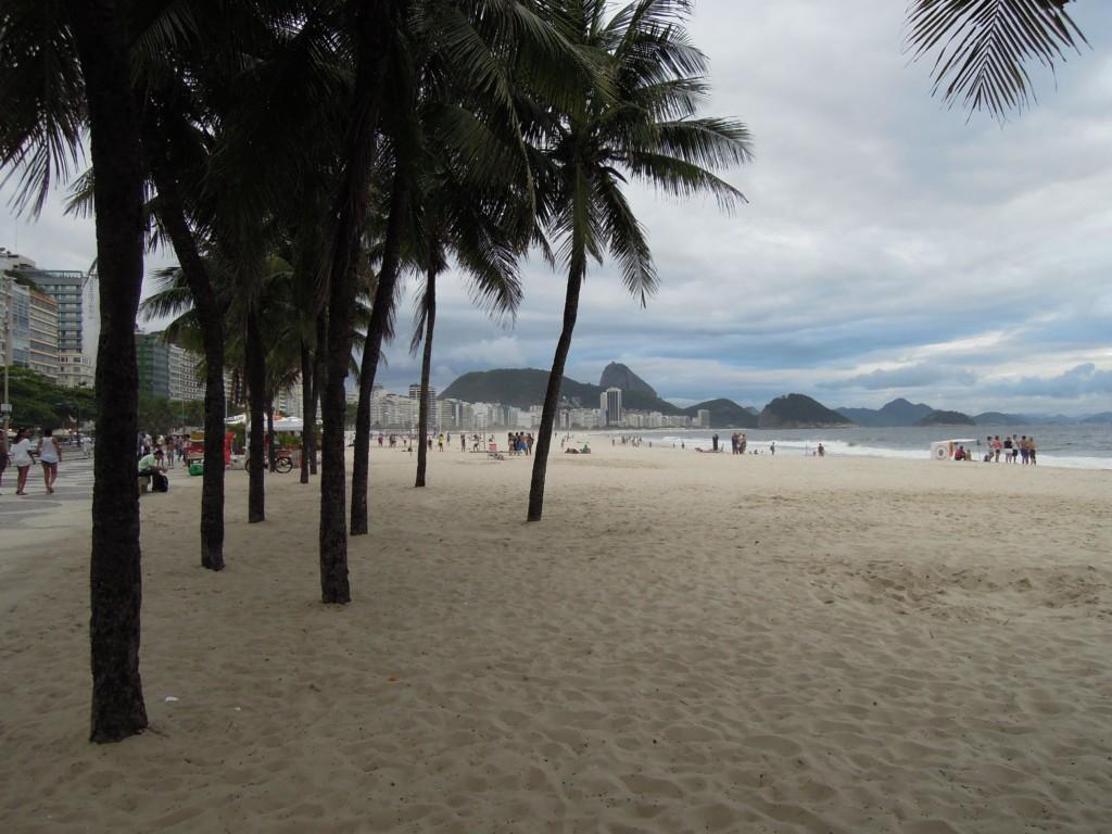 """Copacabana to miejsce na drinka o zachodzie słońca. W tle słynna góra """"Głowa cukru"""", fot. M. Lehrmann"""