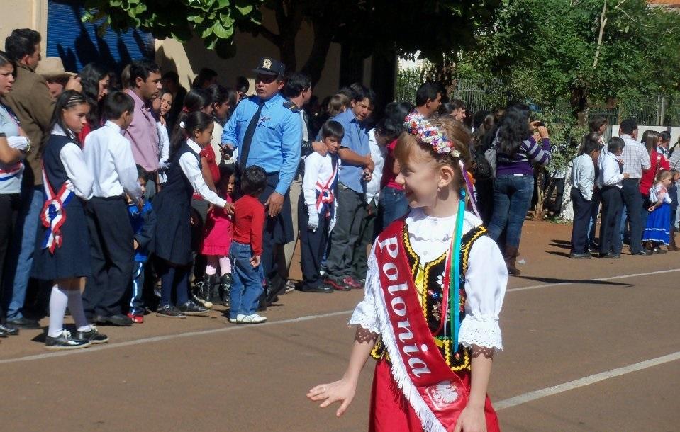 """Prezentacja Polonii na paradzie ku czci narodowości zamieszkujących Fram, 14 maja 2012, zdjęcie pochodzi z profilu """"Fram en Fotografias"""" na Facebooku"""