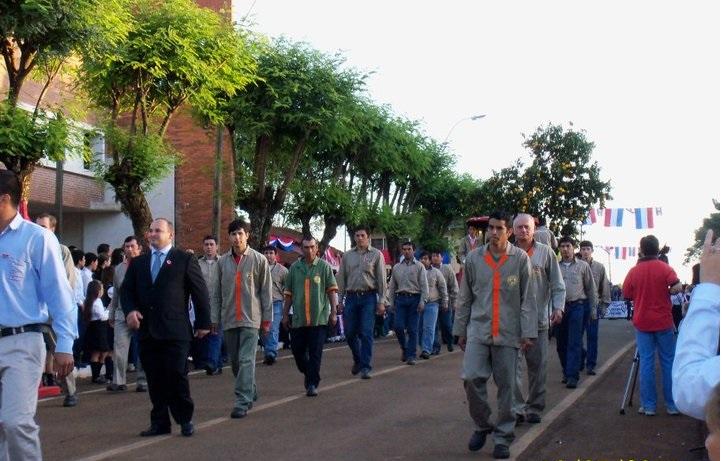 """W garniturze Carlos Włosek, w tle drzewko pomarańczy. Obchody dwusetlecia niepodległości Paragwaju, zdjęcie pochodzi z profilu """"Fram en Fotografias"""" na Facebooku"""