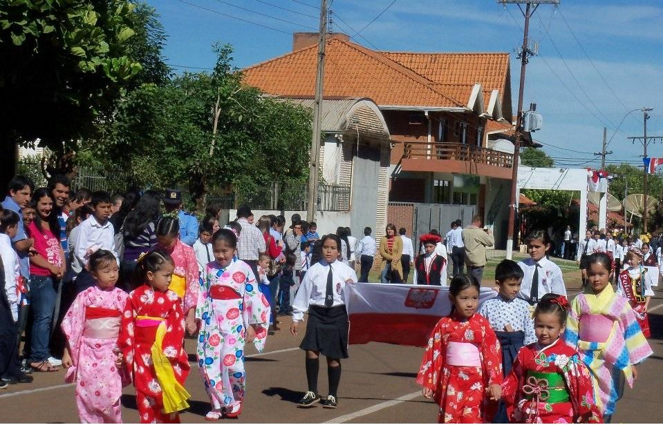 """Parada ku czci narodowości zamieszkujących Fram, 14 maja 2012, zdjęcie pochodzi z profilu """"Fram en Fotografias"""" na Facebooku"""