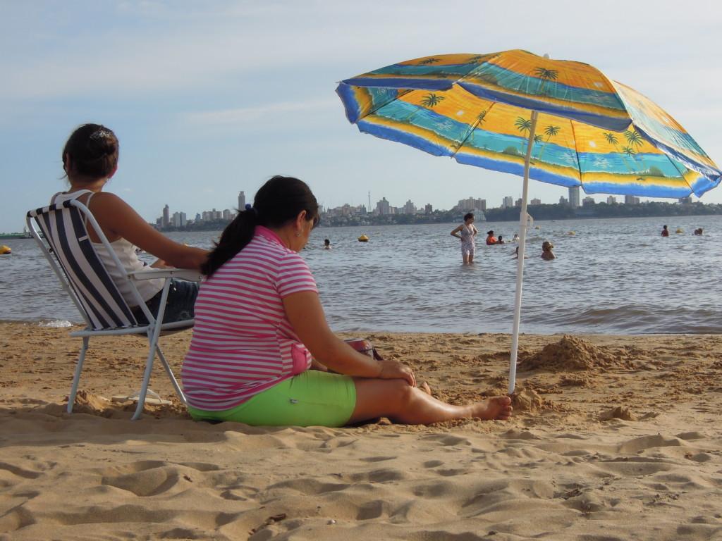 Plaża nad Paraną w Encarnacion. Za rzeką jest już Argentyna, miasto Posadas, fot. M. Lehrmann