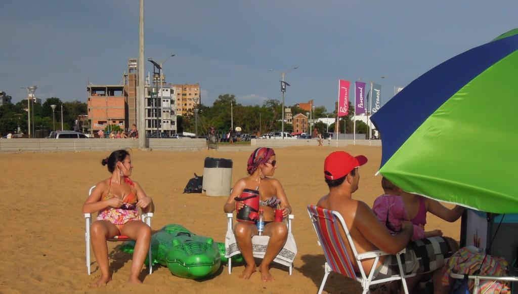 Paragwajczycy mają obsesję na punkcie zimnej terere. Na plaży w Encarnacion każdy ma swój termos i kubek, fot. M. Lehrmann