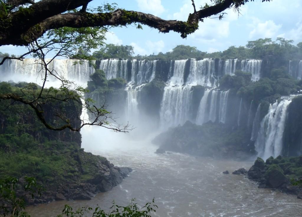 Po argentyńskiej stronie znajduje się kilka szlaków turystycznych, by podziwiać wodospady z góry, jak i z dołu, fot. Elien Gysen