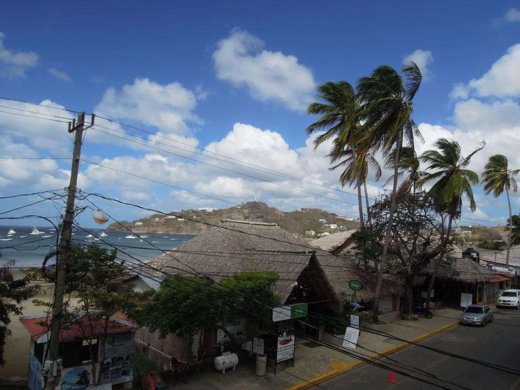 Ulica nadmorska, w tle na wzgórzu figura Chrystusa, San Juan del Sur, fot. A. Mielczarek